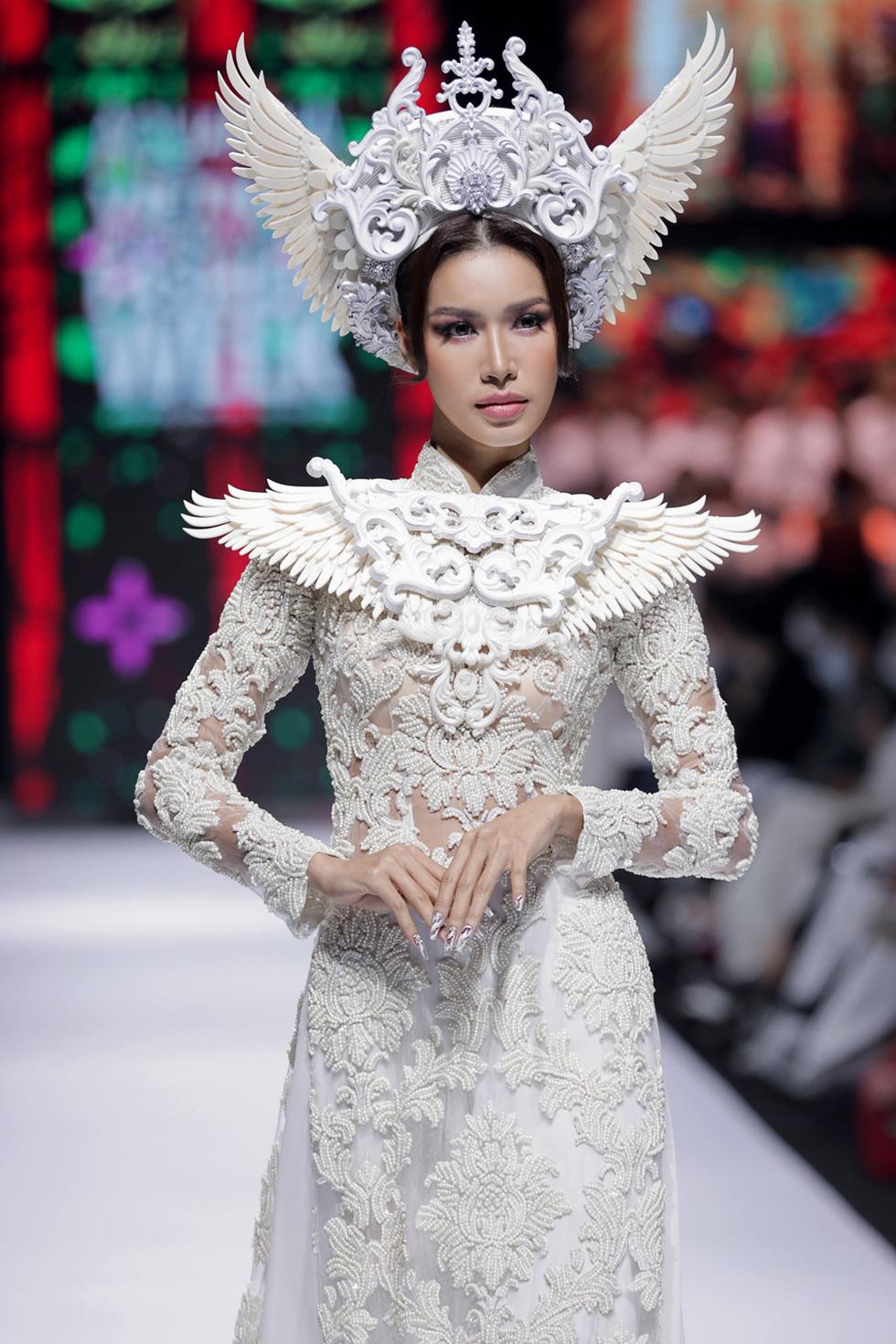 Hoa hậu Khánh Vân làm vedette, NSND Hồng Vân làm người mẫu catwalk cho nhà thiết kế Minh Châu - Ảnh 2.