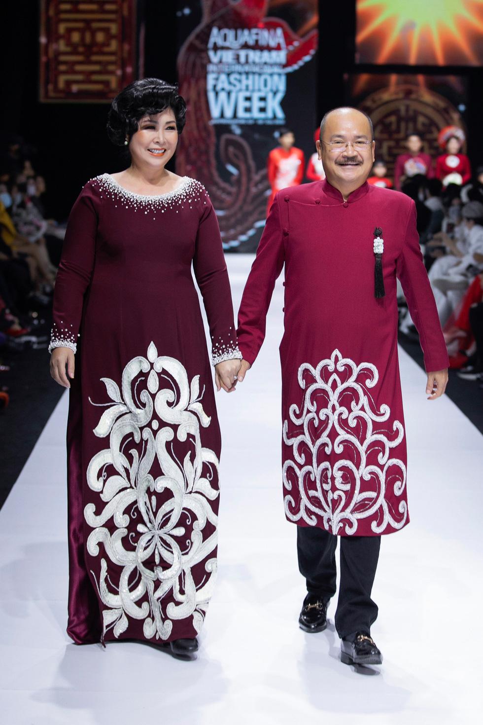 Hoa hậu Khánh Vân làm vedette, NSND Hồng Vân làm người mẫu catwalk cho nhà thiết kế Minh Châu - Ảnh 3.