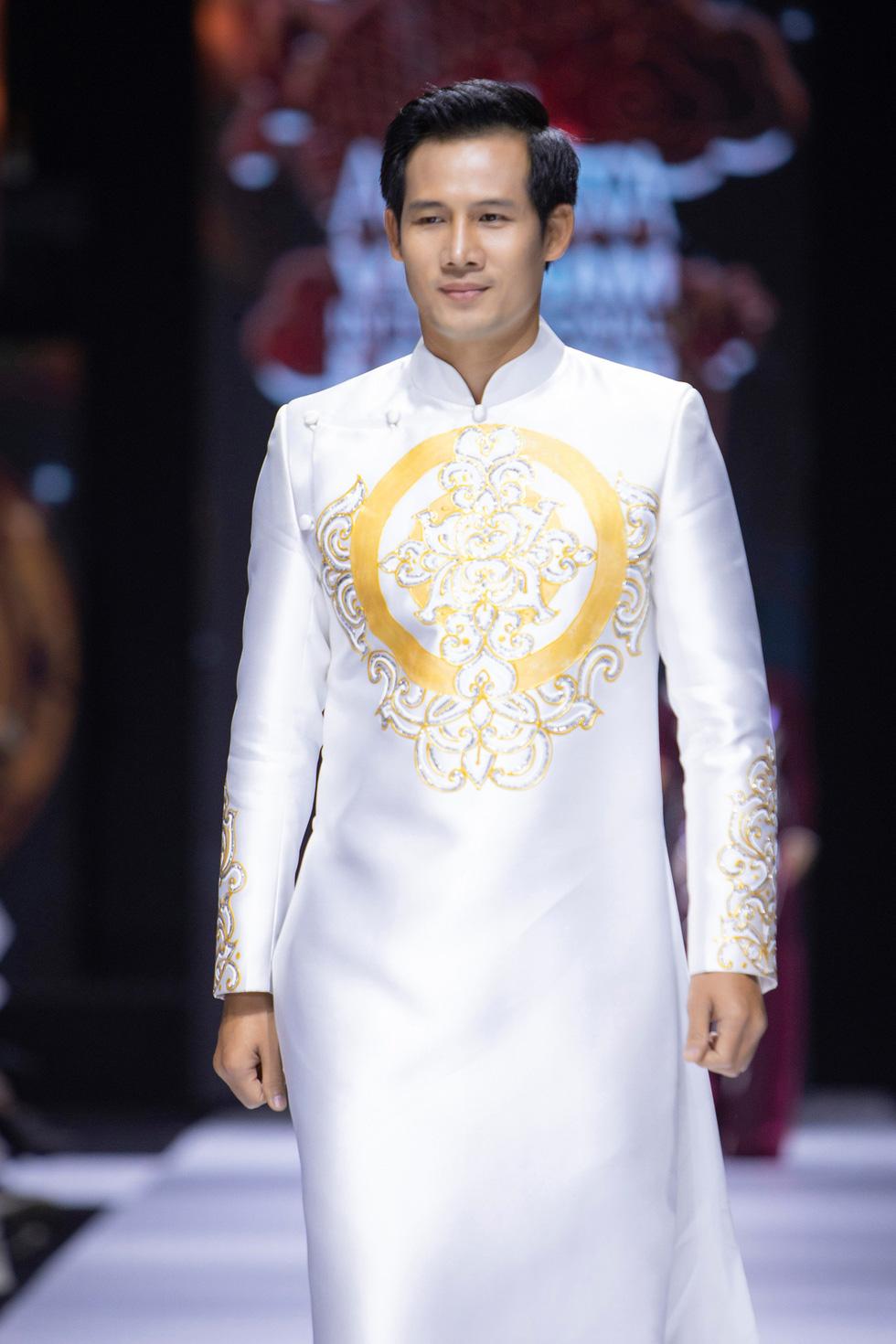Hoa hậu Khánh Vân làm vedette, NSND Hồng Vân làm người mẫu catwalk cho nhà thiết kế Minh Châu - Ảnh 8.
