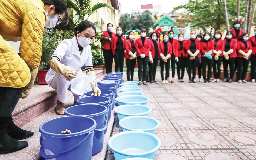 Tẩy trùng trường học, phòng virus corona - Ảnh 8.
