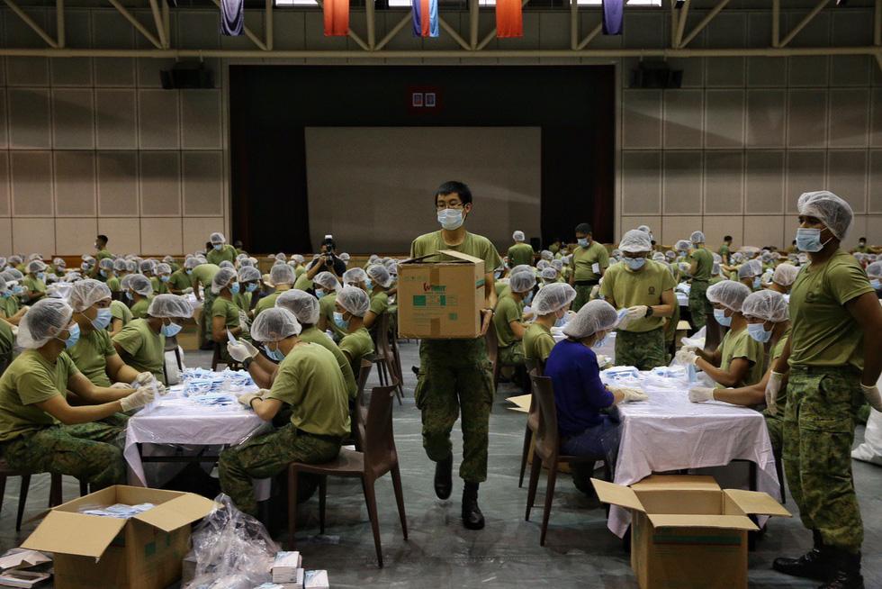 1.500 quân nhân Singapore đóng gói 5,2 triệu khẩu trang tặng người dân - Ảnh 7.