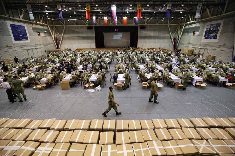 1.500 quân nhân Singapore đóng gói 5,2 triệu khẩu trang tặng người dân - Ảnh 1.