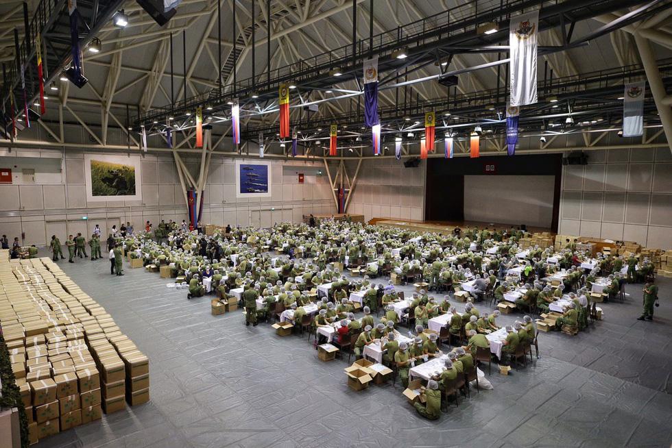 1.500 quân nhân Singapore đóng gói 5,2 triệu khẩu trang tặng người dân - Ảnh 2.
