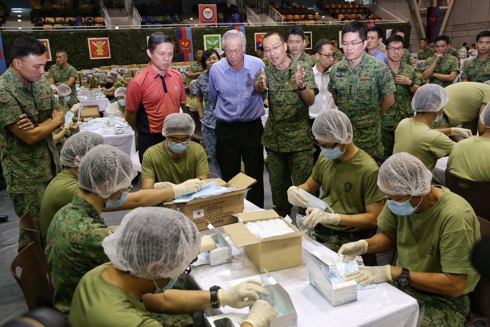 1.500 quân nhân Singapore đóng gói 5,2 triệu khẩu trang tặng người dân - Ảnh 3.