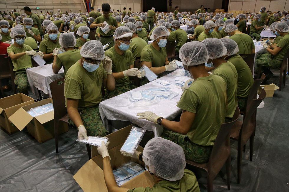 1.500 quân nhân Singapore đóng gói 5,2 triệu khẩu trang tặng người dân - Ảnh 4.