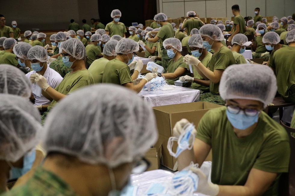 1.500 quân nhân Singapore đóng gói 5,2 triệu khẩu trang tặng người dân - Ảnh 5.