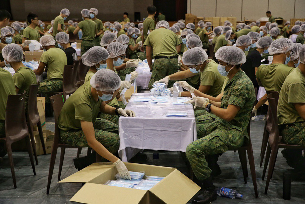 1.500 quân nhân Singapore đóng gói 5,2 triệu khẩu trang tặng người dân - Ảnh 6.