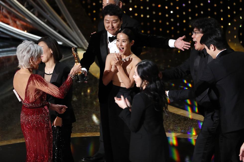 Lần đầu tiên trong lịch sử Oscar, Parasite, một phim châu Á giành giải phim hay nhất - Ảnh 3.