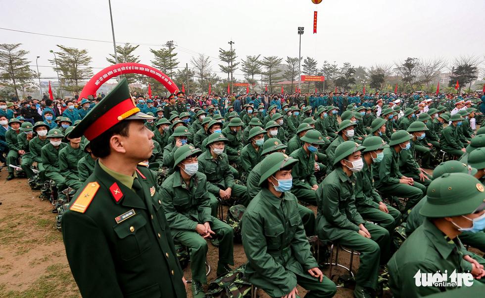 Tân binh được đo thân nhiệt trước khi nhập ngũ - Ảnh 2.
