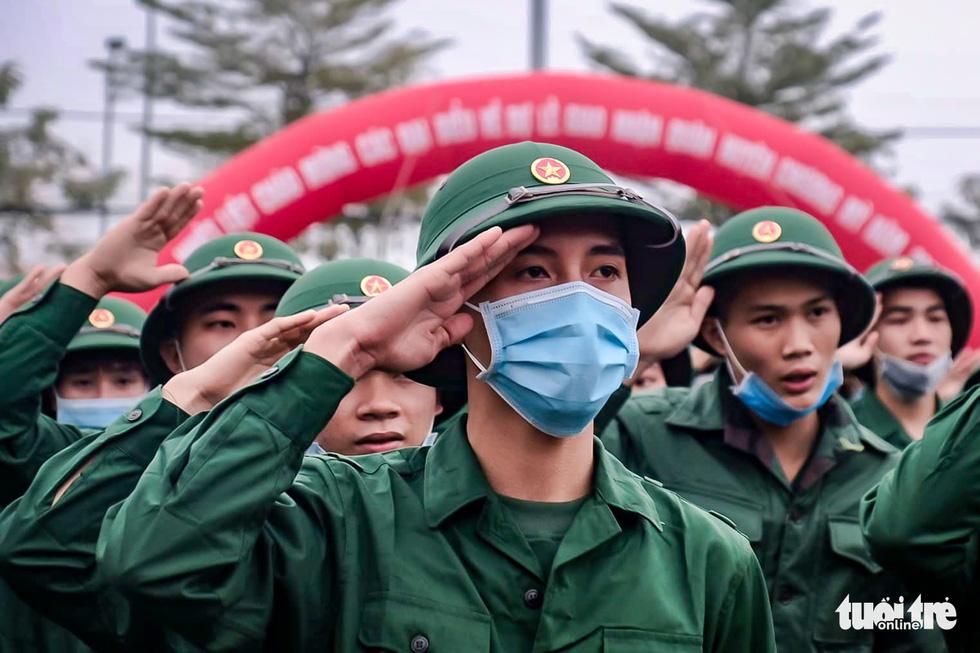 Tân binh được đo thân nhiệt trước khi nhập ngũ - Ảnh 3.
