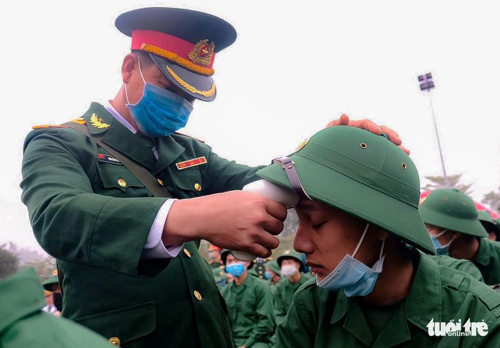 Tân binh được đo thân nhiệt trước khi nhập ngũ - Ảnh 1.