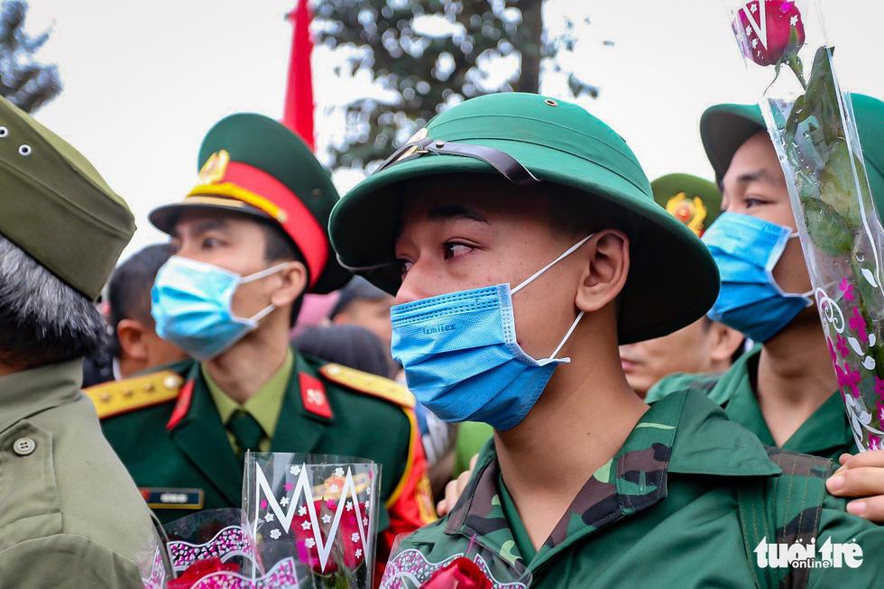 Tân binh được đo thân nhiệt trước khi nhập ngũ - Ảnh 5.