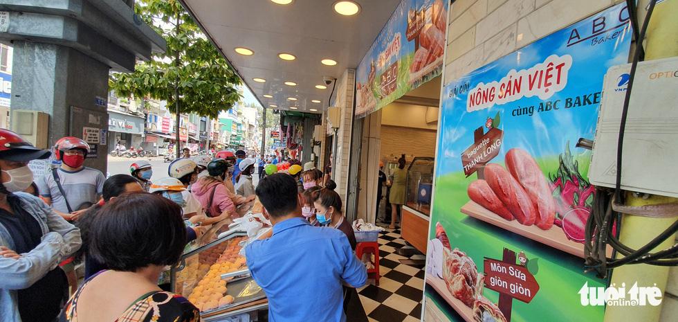 Xếp hàng dài chờ mua bánh mì thanh long giải cứu nông sản Việt - Ảnh 2.