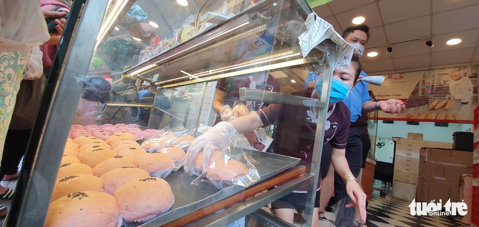 Xếp hàng dài chờ mua bánh mì thanh long giải cứu nông sản Việt - Ảnh 4.