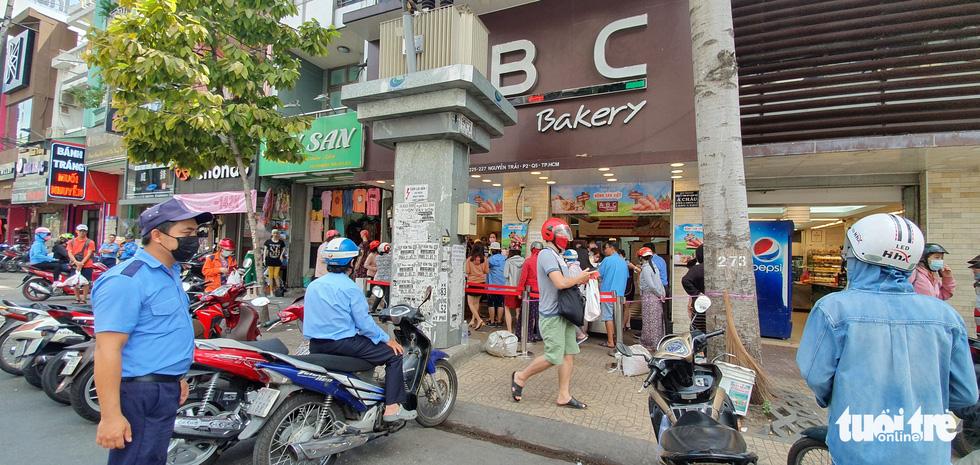 Xếp hàng dài chờ mua bánh mì thanh long giải cứu nông sản Việt - Ảnh 9.