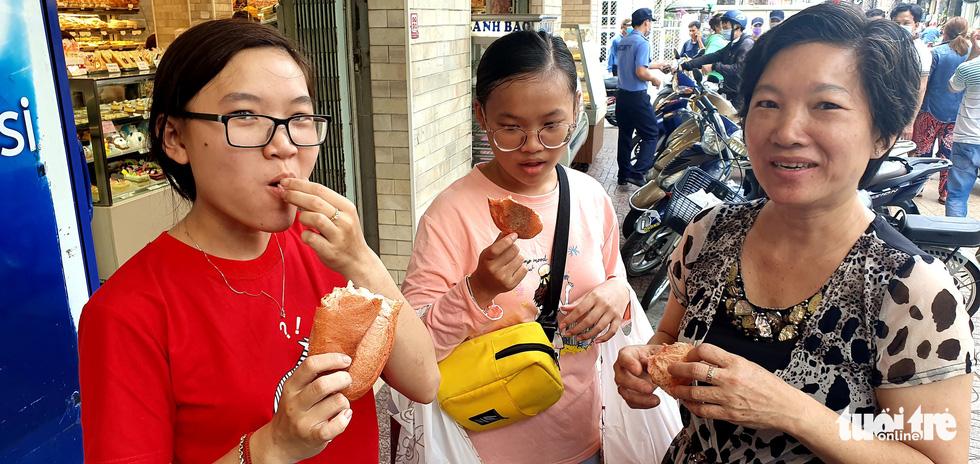 Xếp hàng dài chờ mua bánh mì thanh long giải cứu nông sản Việt - Ảnh 7.