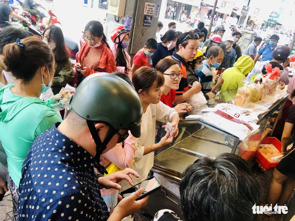 Xếp hàng dài chờ mua bánh mì thanh long giải cứu nông sản Việt - Ảnh 3.