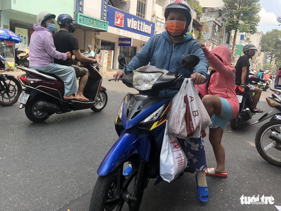 Xếp hàng dài chờ mua bánh mì thanh long giải cứu nông sản Việt - Ảnh 8.