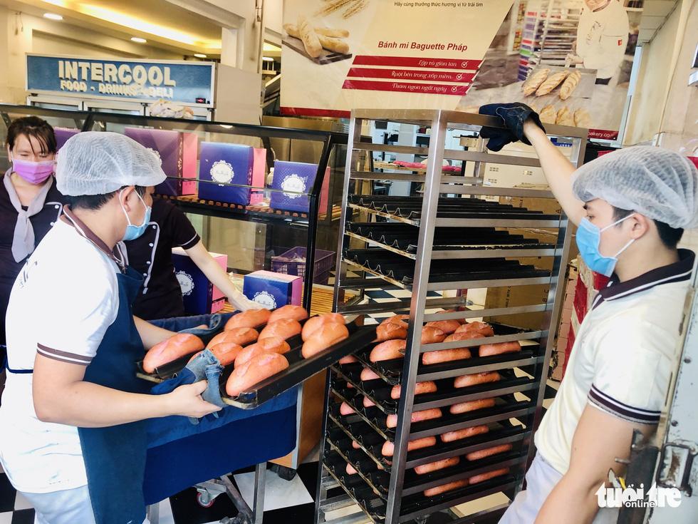Xếp hàng dài chờ mua bánh mì thanh long giải cứu nông sản Việt - Ảnh 5.