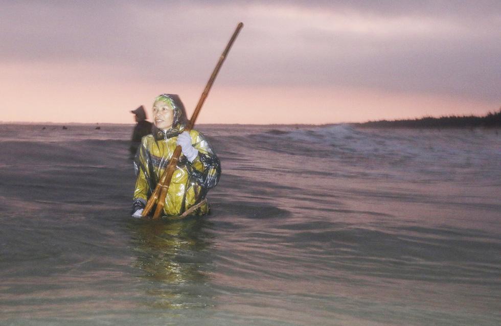 Ngâm mình dưới nước biển lạnh ngắt cào ốc ruốc - Ảnh 4.