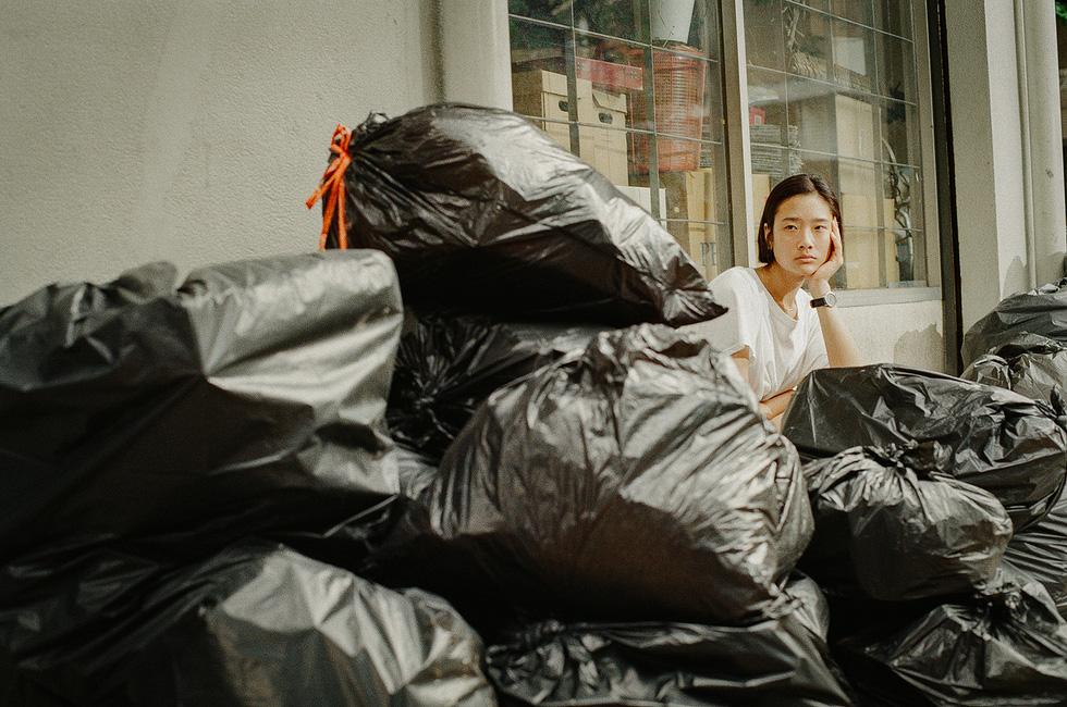 Happy Old Year: Vứt bỏ một con người có dễ như vứt bỏ đồ vật cũ? - Ảnh 7.