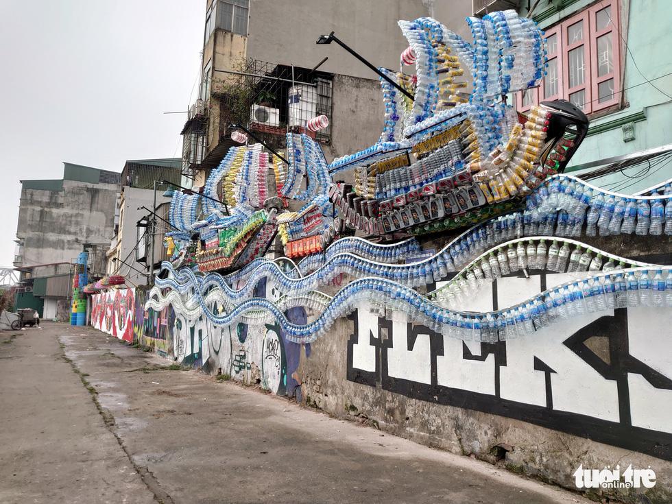 Nơi tập kết rác thải ven sông Hồng thành không gian nghệ thuật - Ảnh 3.