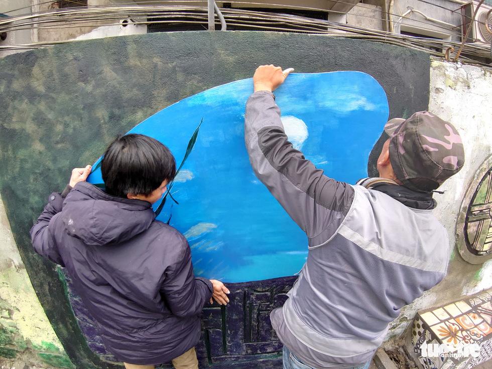 Nơi tập kết rác thải ven sông Hồng thành không gian nghệ thuật - Ảnh 2.