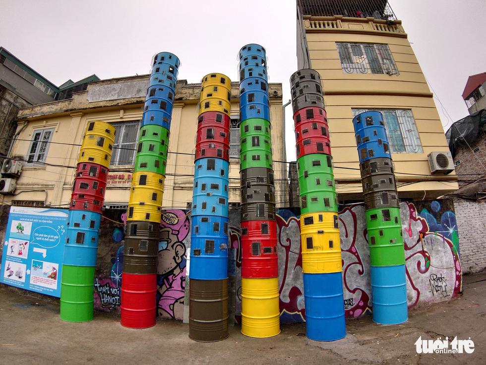Nơi tập kết rác thải ven sông Hồng thành không gian nghệ thuật - Ảnh 6.