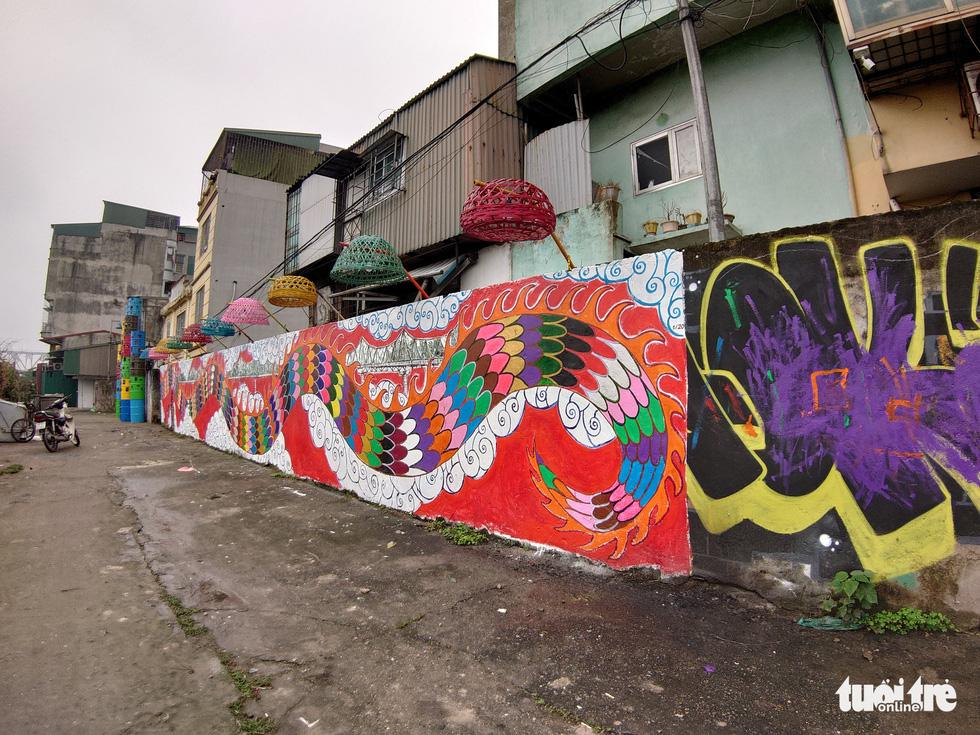 Nơi tập kết rác thải ven sông Hồng thành không gian nghệ thuật - Ảnh 1.