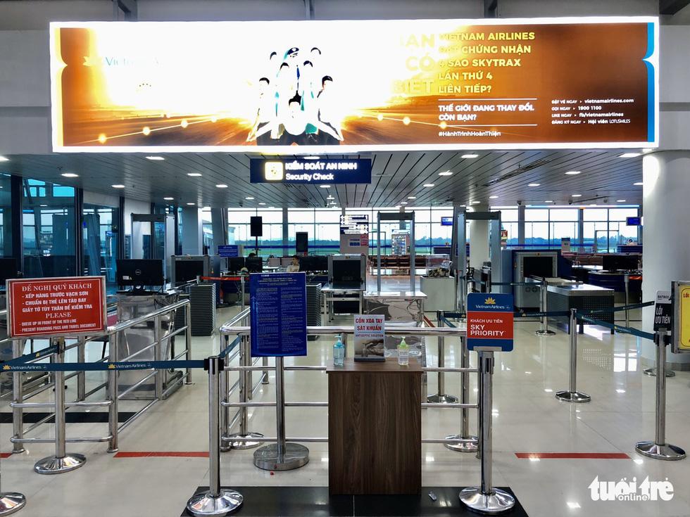 Cảng hàng không thiếu khẩu trang, thiết bị y tế chống dịch cho nhân viên - Ảnh 2.
