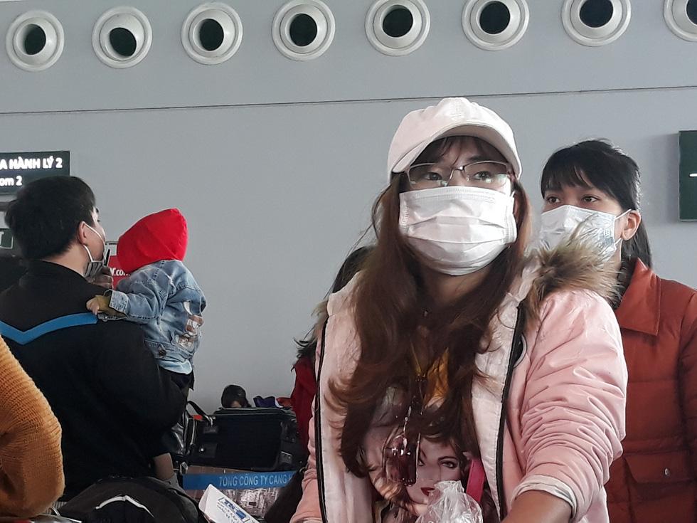 Người người đeo khẩu trang kín mít ở sân bay vì sợ nhiễm virus corona - Ảnh 5.