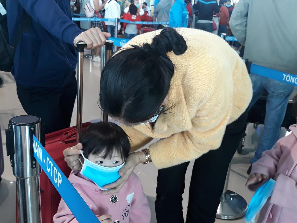 Người người đeo khẩu trang kín mít ở sân bay vì sợ nhiễm virus corona - Ảnh 2.