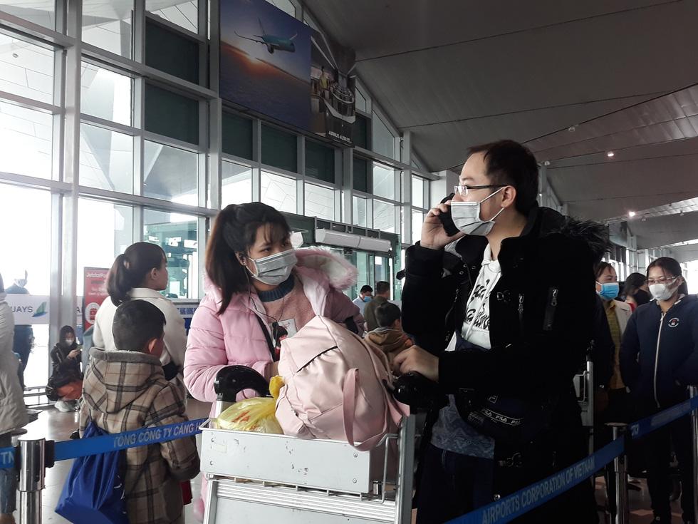 Người người đeo khẩu trang kín mít ở sân bay vì sợ nhiễm virus corona - Ảnh 7.