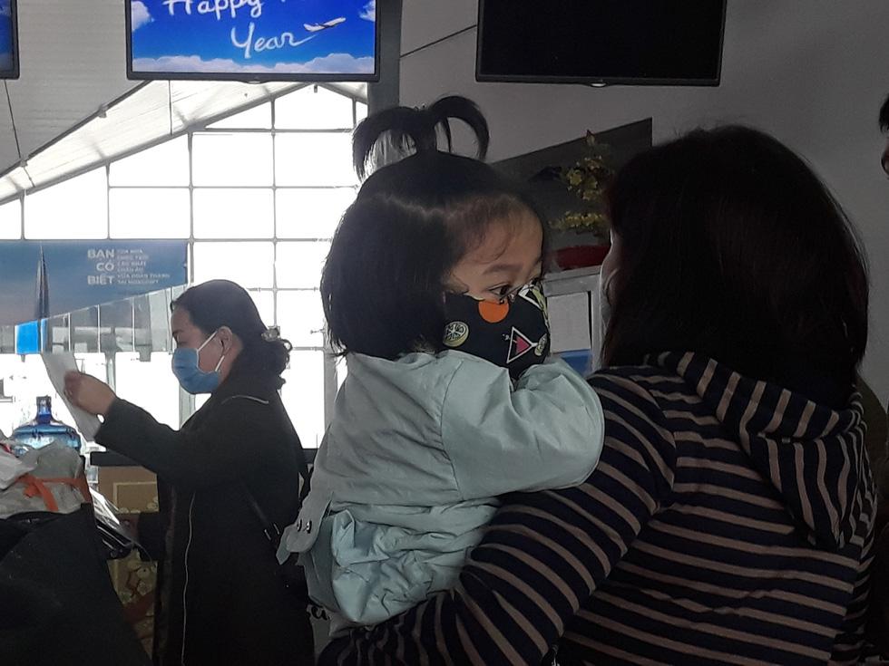 Người người đeo khẩu trang kín mít ở sân bay vì sợ nhiễm virus corona - Ảnh 3.