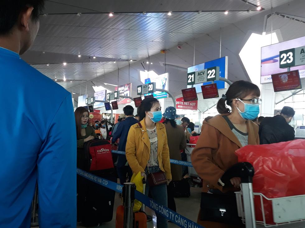 Người người đeo khẩu trang kín mít ở sân bay vì sợ nhiễm virus corona - Ảnh 6.