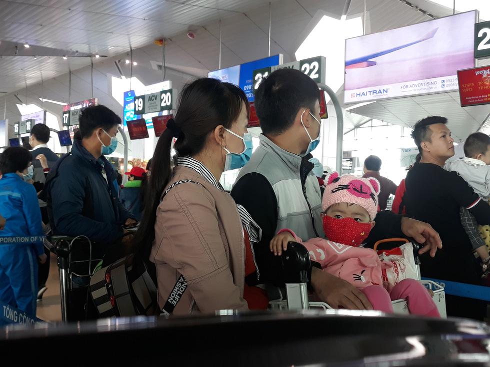 Người người đeo khẩu trang kín mít ở sân bay vì sợ nhiễm virus corona - Ảnh 4.
