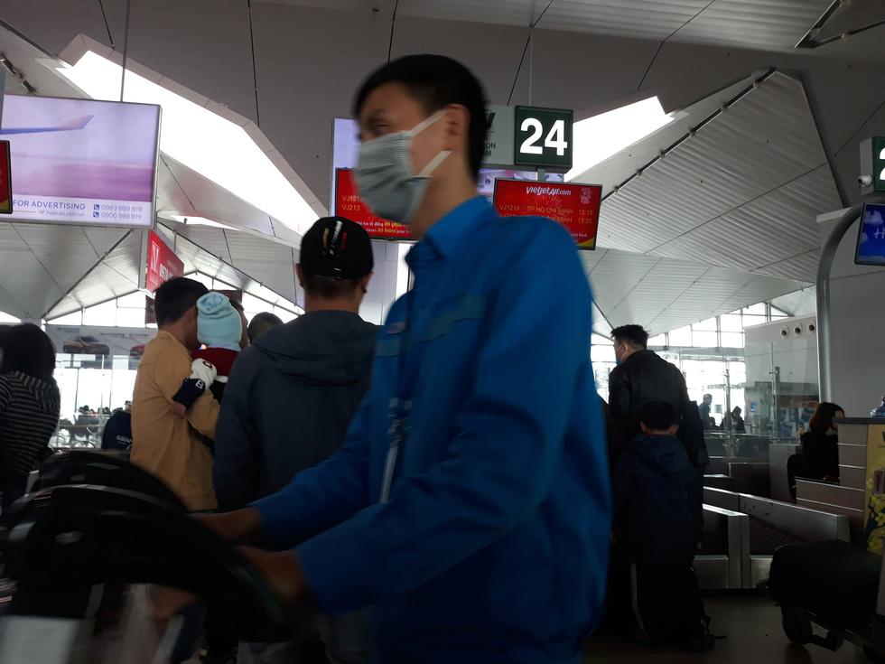Người người đeo khẩu trang kín mít ở sân bay vì sợ nhiễm virus corona - Ảnh 8.