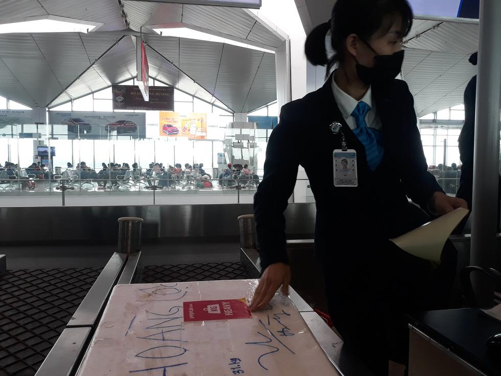 Người người đeo khẩu trang kín mít ở sân bay vì sợ nhiễm virus corona - Ảnh 9.