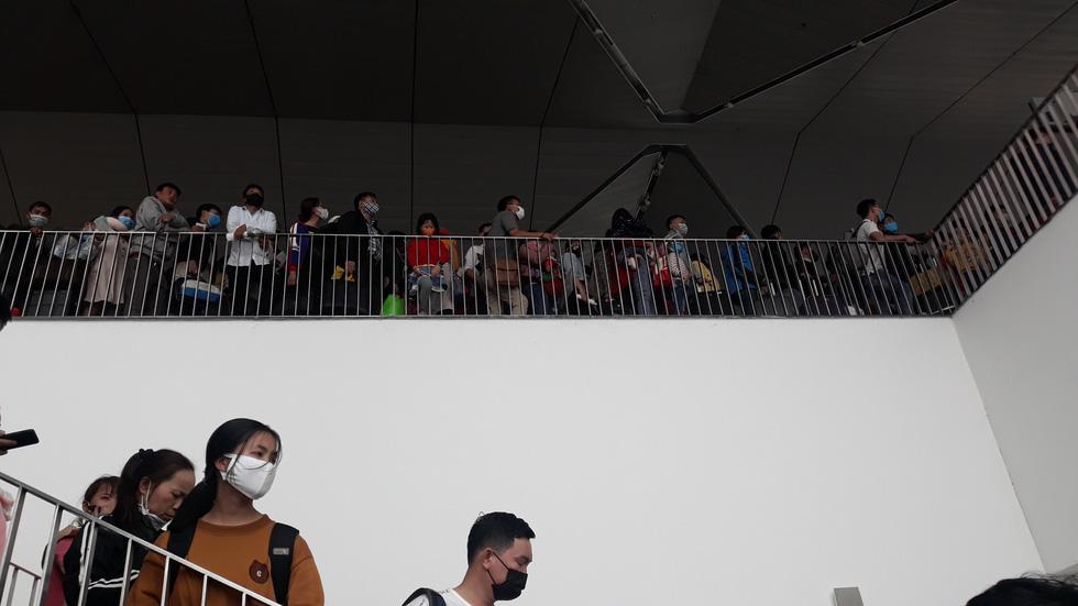 Người người đeo khẩu trang kín mít ở sân bay vì sợ nhiễm virus corona - Ảnh 1.