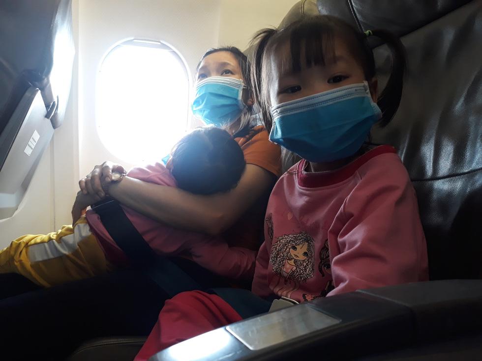 Người người đeo khẩu trang kín mít ở sân bay vì sợ nhiễm virus corona - Ảnh 10.