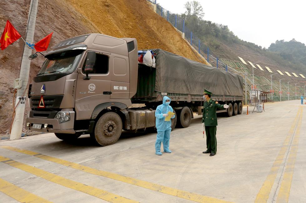 Ngày đầu tiên cửa khẩu Tân Thanh mở lại, 300 tấn nông sản qua Trung Quốc - Ảnh 10.