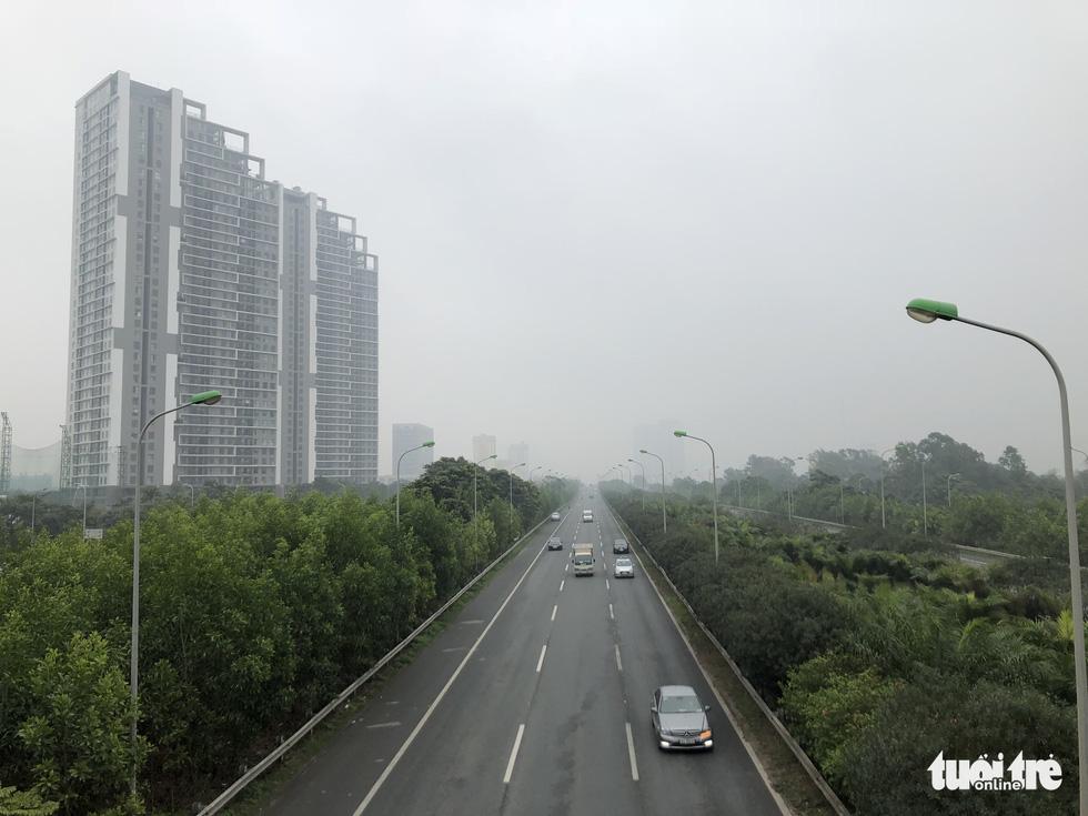 Hà Nội chìm trong ô nhiễm không khí, ban ngày nhưng xe phải bật đèn  - Ảnh 4.