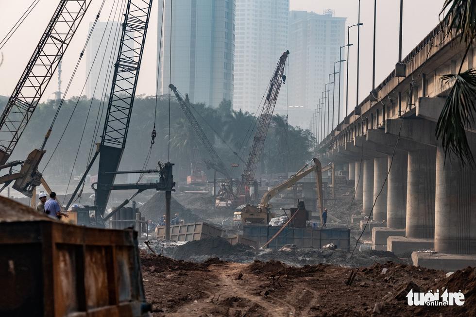 Cận cảnh ngăn đôi hồ Linh Đàm để xây cầu ở Hà Nội - Ảnh 3.