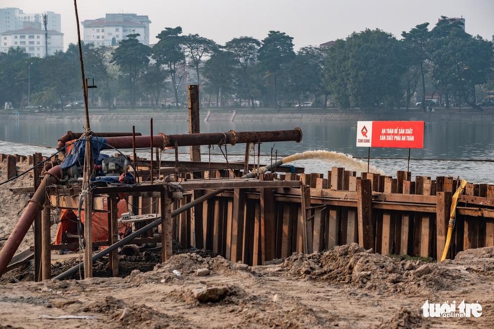 Cận cảnh ngăn đôi hồ Linh Đàm để xây cầu ở Hà Nội - Ảnh 7.