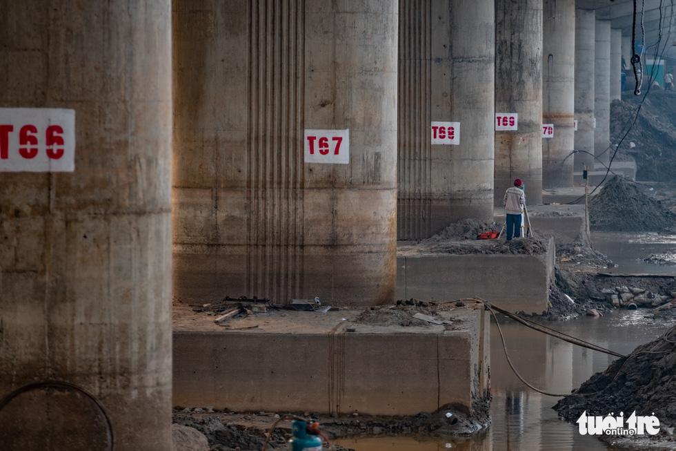 Cận cảnh ngăn đôi hồ Linh Đàm để xây cầu ở Hà Nội - Ảnh 6.