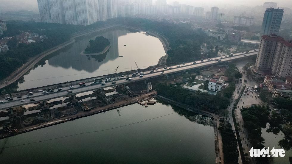 Cận cảnh ngăn đôi hồ Linh Đàm để xây cầu ở Hà Nội - Ảnh 8.