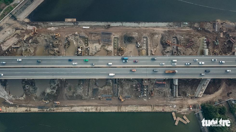 Cận cảnh ngăn đôi hồ Linh Đàm để xây cầu ở Hà Nội - Ảnh 2.