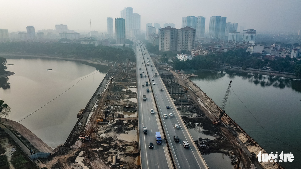 Cận cảnh ngăn đôi hồ Linh Đàm để xây cầu ở Hà Nội - Ảnh 1.