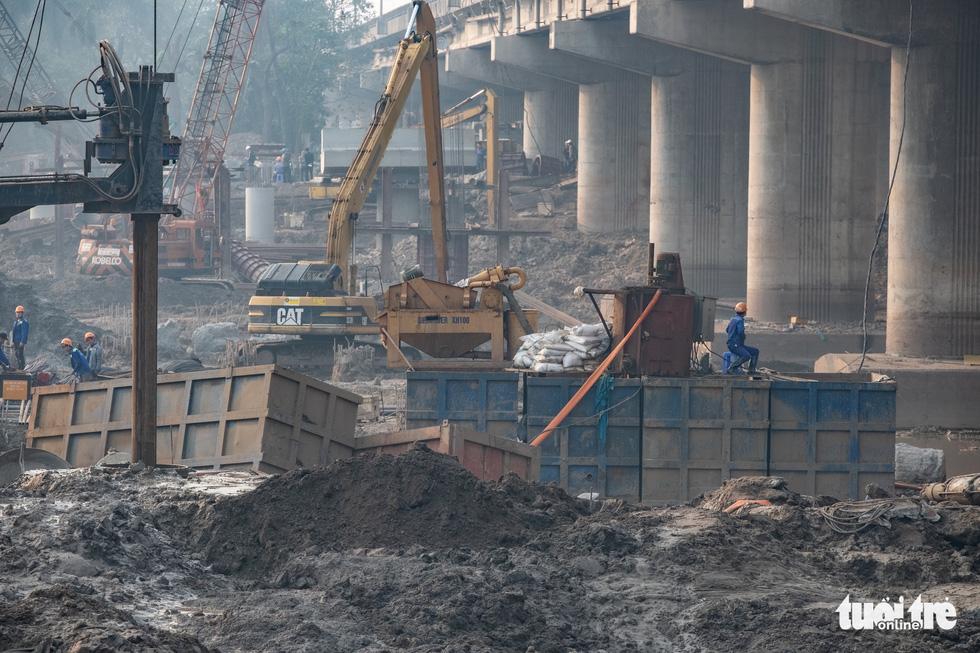 Cận cảnh ngăn đôi hồ Linh Đàm để xây cầu ở Hà Nội - Ảnh 4.