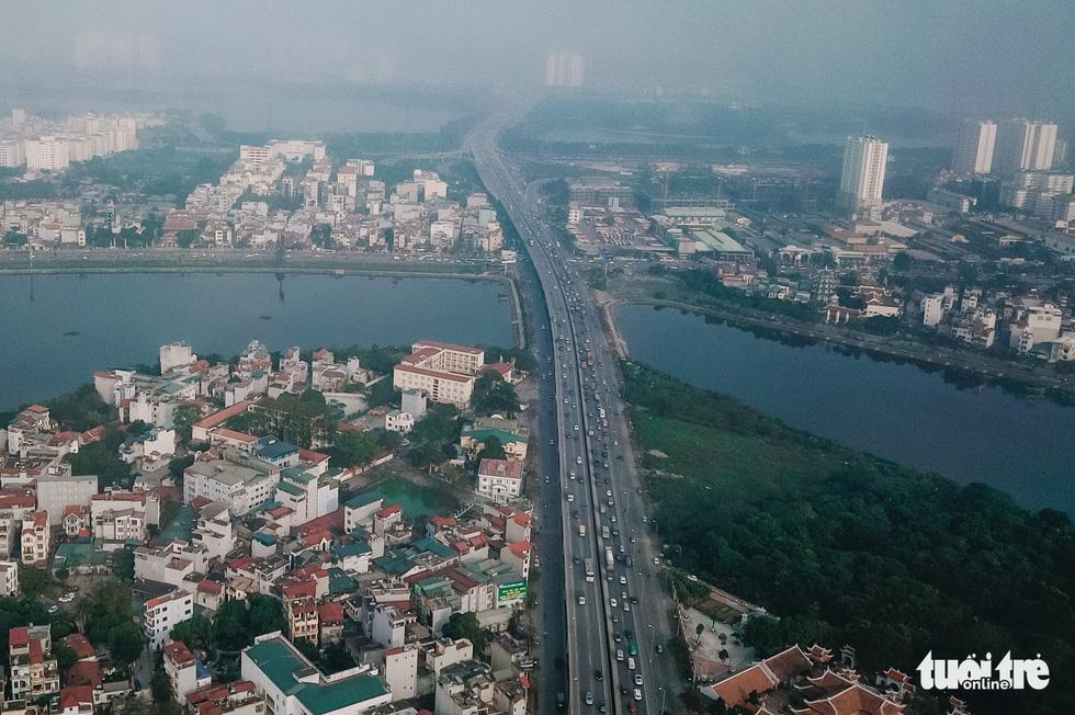 Cận cảnh ngăn đôi hồ Linh Đàm để xây cầu ở Hà Nội - Ảnh 9.